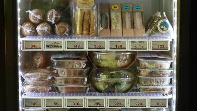 vídeos de stock e filmes b-roll de a vkusvill minimarket in an office in moscow russia on thursday november 21 2019 vkusvill is a fastgrowing food retailer in moscow and the moscow... - preço