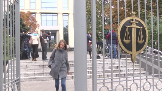 vidéos et rushes de vladimir kozin , lawyer of russian billionaire vladimir yevtushenkov, is seen as moscow court on thursday ordered yevtushenkov to remain under house... - moscow russia