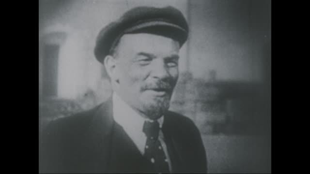 vídeos y material grabado en eventos de stock de vladimir lenin in kremlin courtyard circa 1919 - lenín