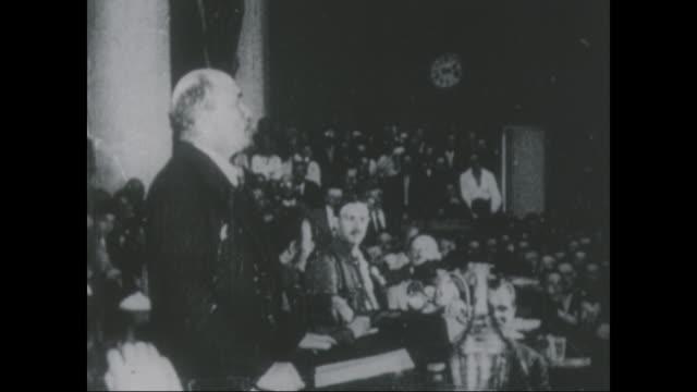 vídeos de stock e filmes b-roll de vladimir lenin speaks at the 2nd world congress of the comintern - lenin