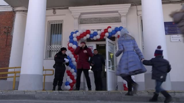 vídeos de stock e filmes b-roll de vladimir putin wins presidential election russia moscow ext children holding balloons close shot child with russian flag painted on face vox pop... - boletim de voto