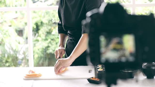 vídeos y material grabado en eventos de stock de vlogger grabando su lección de sushi. - clase de formación