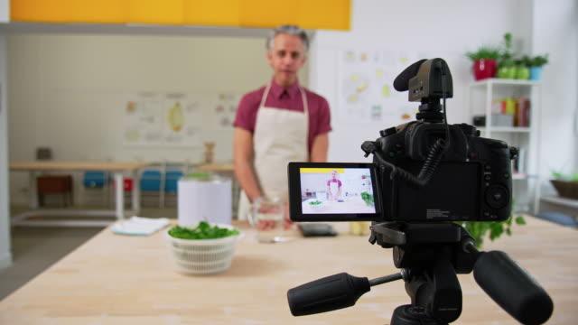 vlogger aufnahme pasta vorbereitung tutorial für seinen online-kanal - freischaffender stock-videos und b-roll-filmmaterial