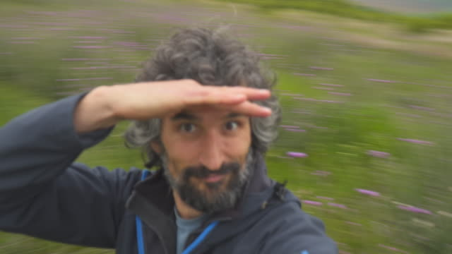 vídeos de stock e filmes b-roll de pov. vlogging in the nature. spinning around. selfie time. embrace the mountains. feel the energy. return to the roots. - celebridade