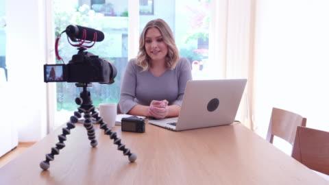 vlogs - film camera stock-videos und b-roll-filmmaterial