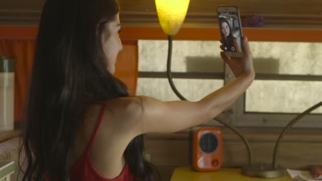 vidéos et rushes de vlogging with phone - blog vidéo