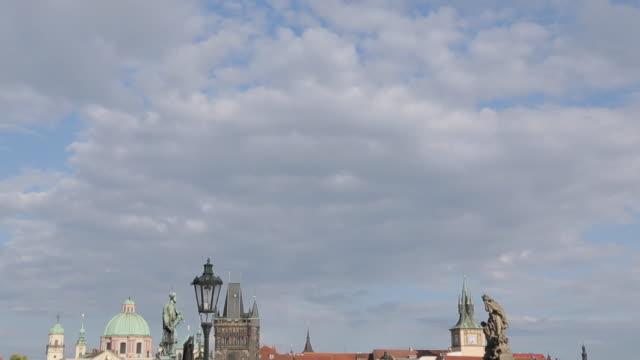 vidéos et rushes de vltava from charles bridge, prague, czech republic, europe - stare mesto