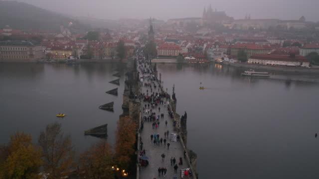 stockvideo's en b-roll-footage met vltava praag tsjechië - stare mesto