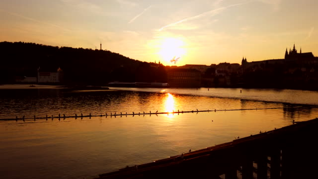 stockvideo's en b-roll-footage met de rivier van vltava bij zonsondergang - stare mesto