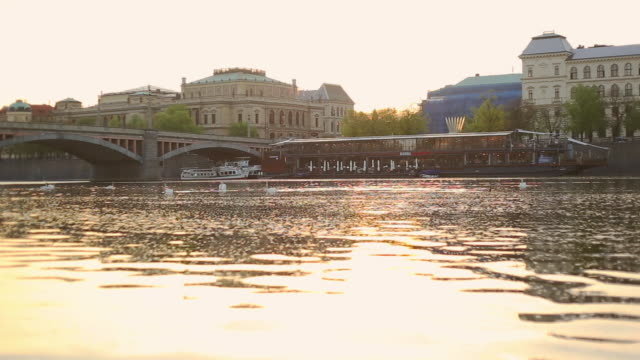 vídeos de stock e filmes b-roll de vltava river with prague old town and charles bridge - staré mesto