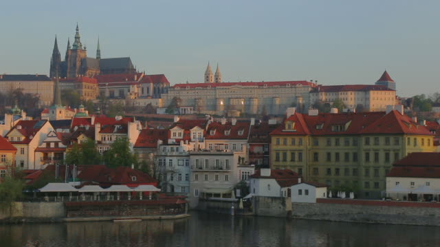 fiume moldava con centro storico di praga - stare mesto video stock e b–roll