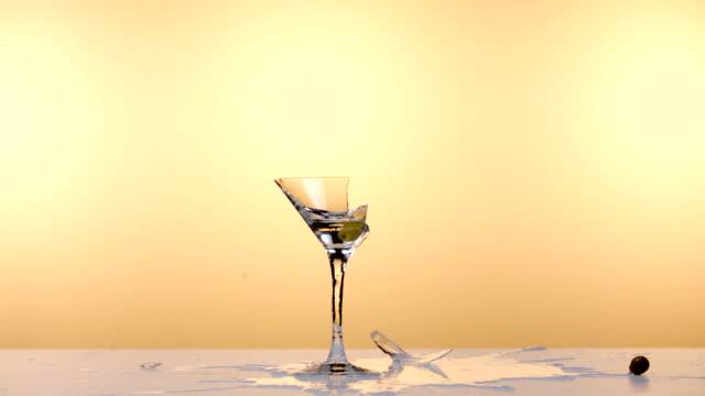 vídeos de stock, filmes e b-roll de martíni de vodca - vidro