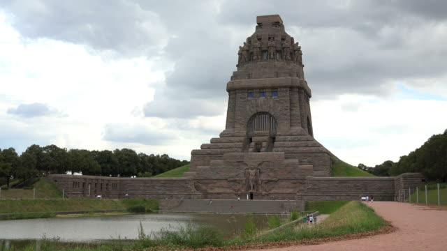 voelkerschlachtdenkmal (monument of the battle of the nations) in leipzig, saxony, germany - 戦争記念碑点の映像素材/bロール