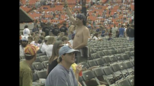 stockvideo's en b-roll-footage met voiced news package- before the grateful dead 1995 chicago concert. inside and outside soldier field. voice over explains concerns with unruly fans. - festivalganger