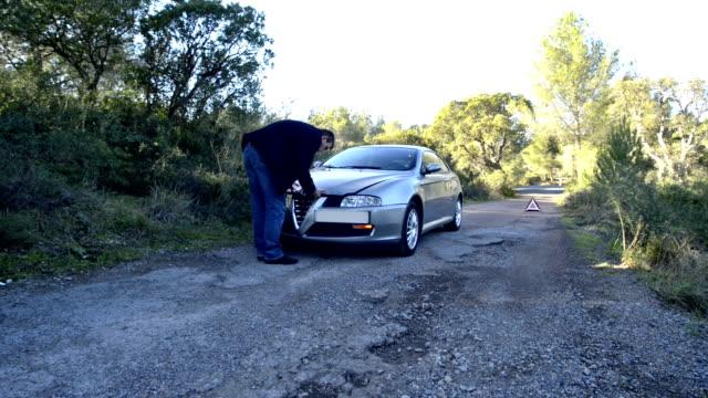 vídeos y material grabado en eventos de stock de voiture en panne sur le bord de la ruta - truman capote
