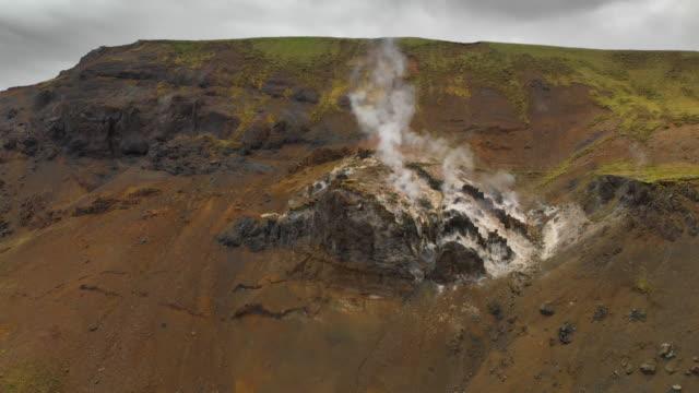 アイスランドにおける火山と地熱の景観 - 噴気孔点の映像素材/bロール