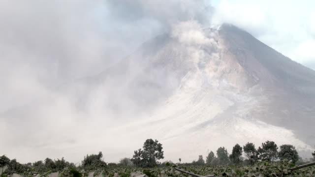 vídeos y material grabado en eventos de stock de volcanic ash plume from active volcano mount sinabung - monte sinabung