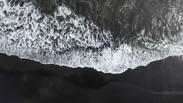 バリ島の火山ビーチ - 泡立つ波点の映像素材/bロール