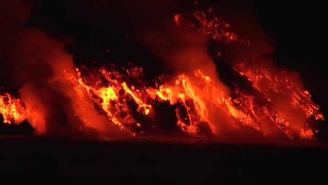 vídeos de stock, filmes e b-roll de a volcanic eruption and a lava flow of la cumbre volcano in fernandina island, galapagos islands - coluna de calcário marítimo