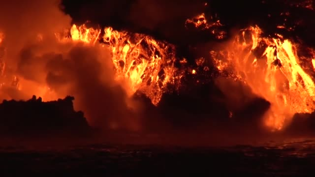 vidéos et rushes de a volcanic eruption and a lava flow of wolf volcano in isabella island, galapagos islands - volcan