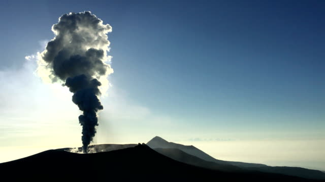 vídeos y material grabado en eventos de stock de volcanic eruption at shinmoedake crater at kirishima volcano in japan sends ash and steam high into the sky - paisaje volcánico