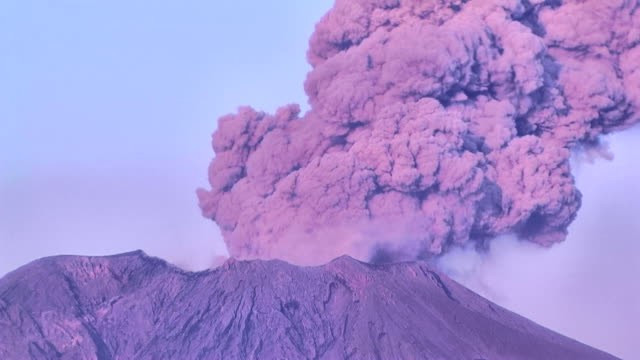 hd: eruzione vulcanica del vulcano sakurajima. time lapse (video - cenere video stock e b–roll