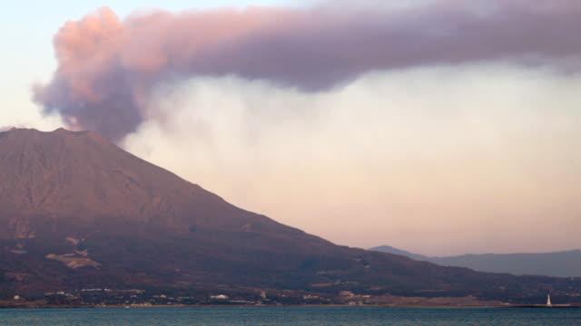 vídeos y material grabado en eventos de stock de hd: erupción volcánica de sakurajima del volcán. time lapse (vídeo - erupcionar