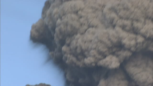 volcanic eruption of shinmoedake - cenere video stock e b–roll