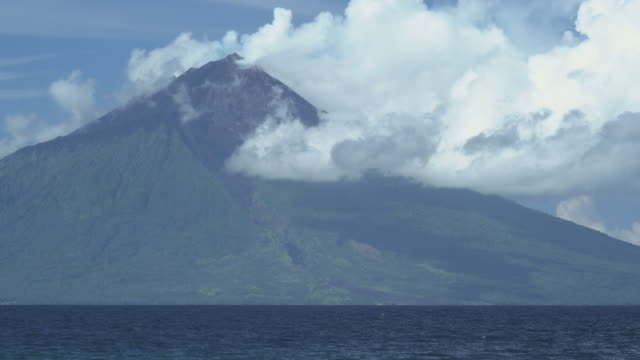 volcanic island, clouds, path of pyroclastic flow visible, manam, papua new guinea, april 2009 - pyroklastischer strom stock-videos und b-roll-filmmaterial