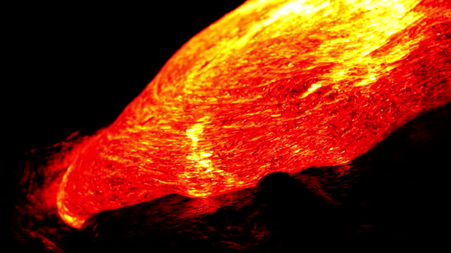 Lave volcanique qui coule dans la nuit