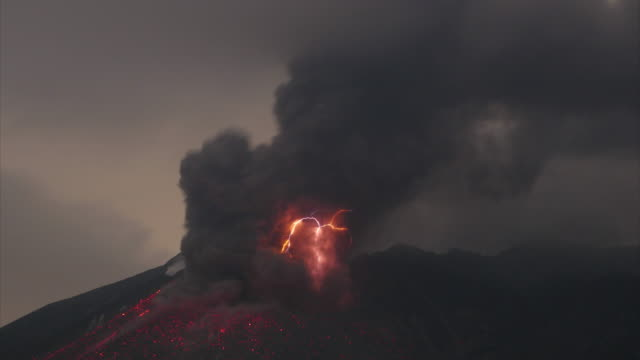volcanic lightning at sakurajima - eruzione video stock e b–roll