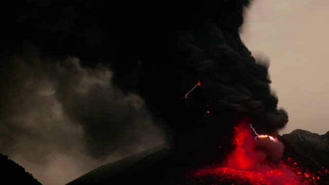 volcanic lightning on sakurajima - vulkanlandschaft stock-videos und b-roll-filmmaterial
