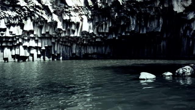 vídeos de stock, filmes e b-roll de formação de rocha vulcânica suspenso belo lago - ângulo agudo
