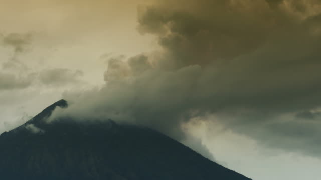 volcano agung in bali in eruption mode with ash - cenere video stock e b–roll