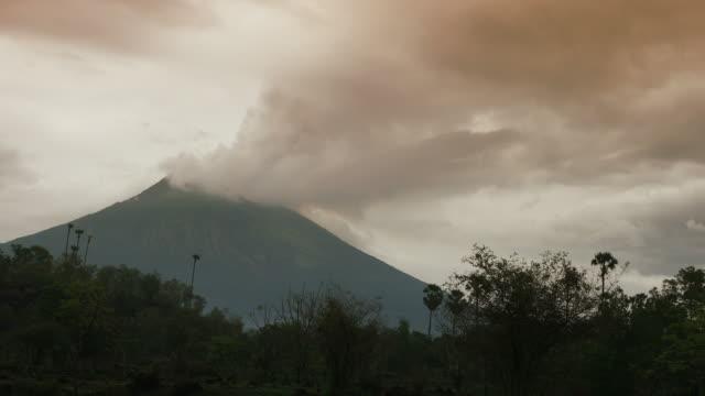 vídeos y material grabado en eventos de stock de volcán agung en bali en el modo de erupción con cenizas - cultura indonesia
