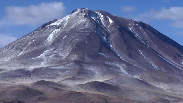 zo ws volcano and lake in desert landscape, san pedro de atacama, el loa, chile - san pedro de atacama stock videos & royalty-free footage