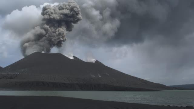 volcano and volcanic beach, yaté lake, new caledonia, 2009 - frankrikes utomeuropeiska områden bildbanksvideor och videomaterial från bakom kulisserna
