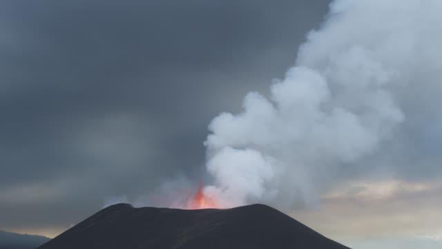 vídeos de stock, filmes e b-roll de volcano erupting, lava visible, surrounded by ash, nyamuragira, democratic republic of congo, 2011 - entrar em erupção