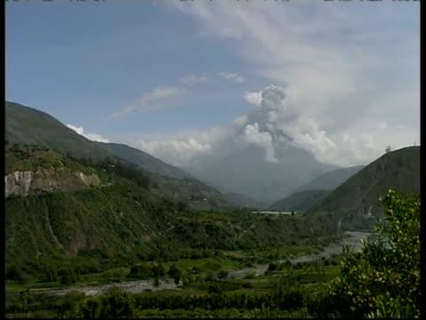 wa volcano eruption scenic, view down valley with erupting mount tunguragua in the distance, ecuador - ecuador stock-videos und b-roll-filmmaterial