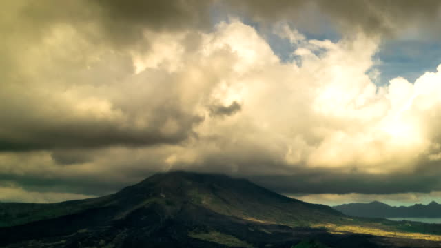 vulkan gunung batur, bali, indonesien - storm cloud stock-videos und b-roll-filmmaterial