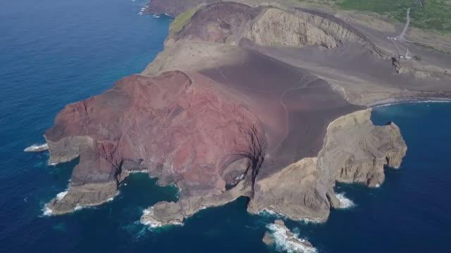 vulkan in azoren, faial, hd-video - vulkanlandschaft stock-videos und b-roll-filmmaterial