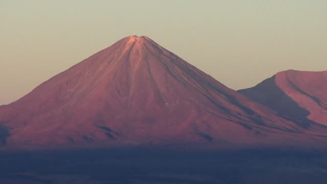 ws volcano in desert landscape at sunset, san pedro de atacama, el loa, chile - san pedro de atacama stock videos & royalty-free footage