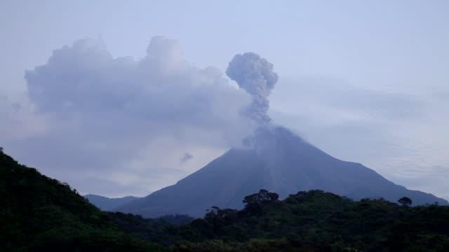 volcán de colima eruptions - vulkanlandschaft stock-videos und b-roll-filmmaterial