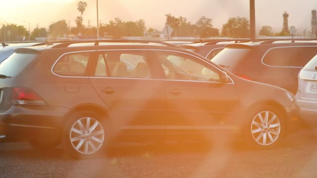 vidéos et rushes de volkswagen ag and audi ag turbo diesel injection cars recalled as part of a buyback program stand parked in a storage lot at san bernardino... - être à l'arrêt