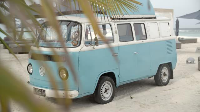 volkswagen camper van on the beach / hithadhoo, maldives - volkswagen stock-videos und b-roll-filmmaterial