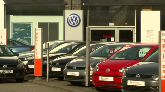stockvideo's en b-roll-footage met volkswagen emissions scandal: falsifying of exhaust test results may also have happened in europe; england: ext various shots of volkswagen cars on... - toonzaal