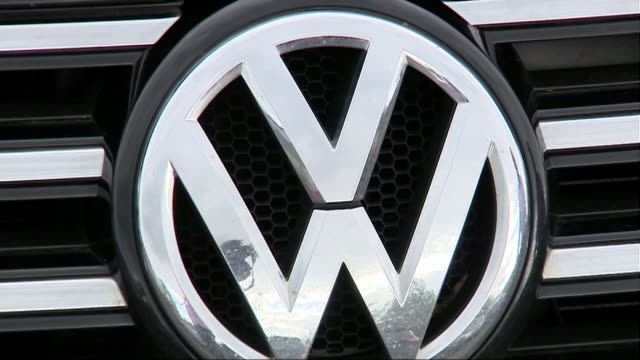 vídeos y material grabado en eventos de stock de matthias mueller announced as new chief executive england peterborough ext eric bristow looking at vw car in car park close shot of vv badge ono... - insignia accesorio personal