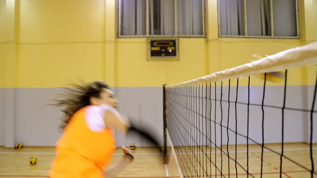 volleyball-angriff - volleyballnetz stock-videos und b-roll-filmmaterial