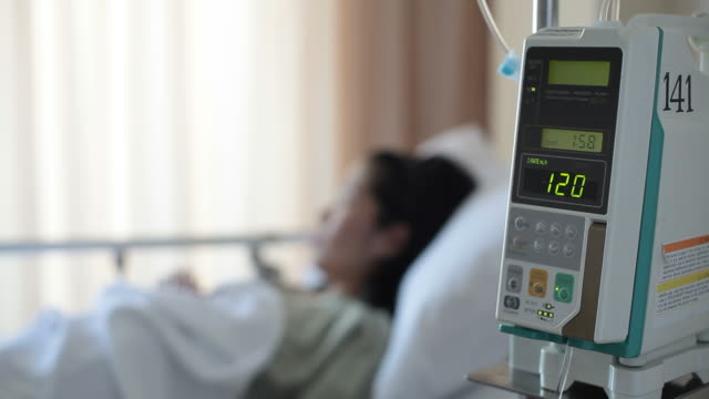 volumetric infusion pump - kochsalzlösung medikament stock-videos und b-roll-filmmaterial