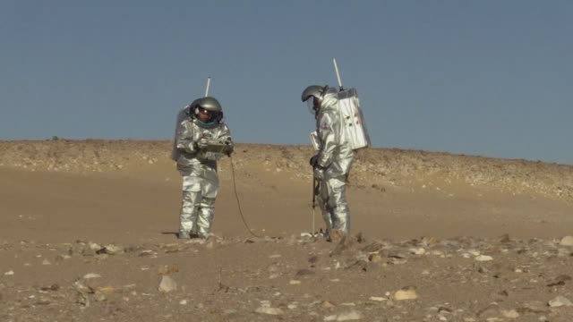 voluntarios enfundados en trajes espaciales se adentraron en el desierto de oman para realizar investigaciones y simulaciones de las condiciones de... - planeta stock videos & royalty-free footage